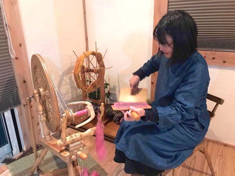空気がうまい家のアトリエで織物をする