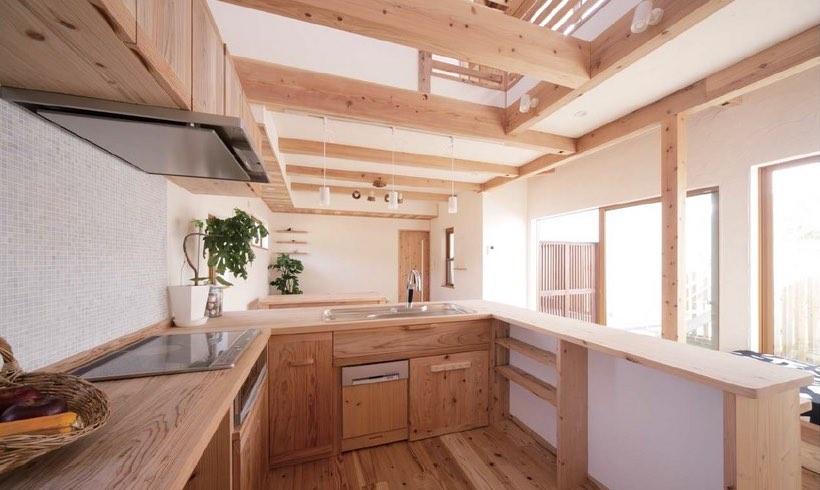 空気がうまい家のオーダーメイドのキッチンと漆喰