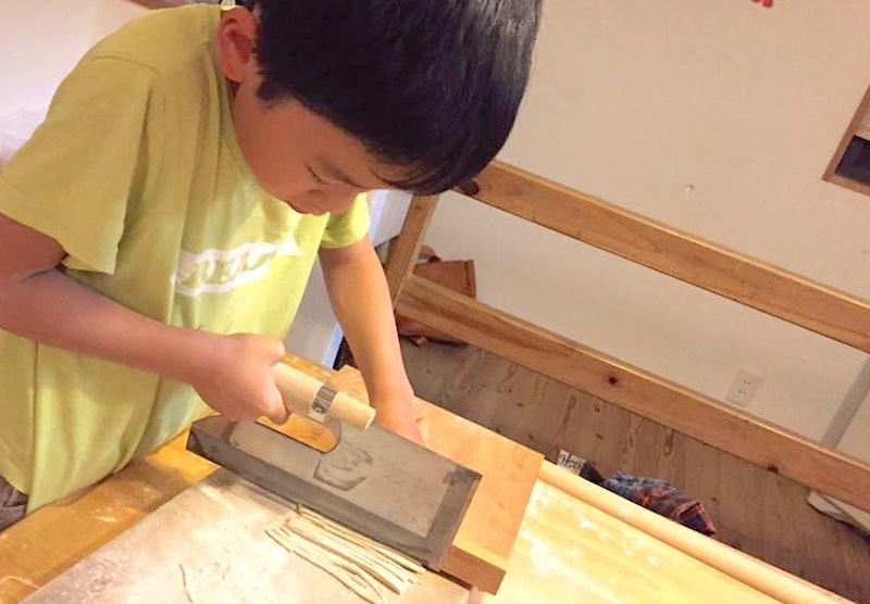 「切り」の作業は子どもからも面白そうに見えるらしい
