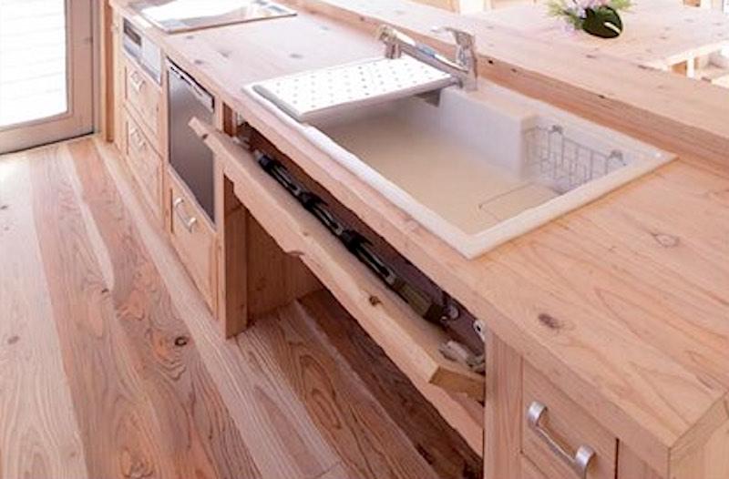 塗装などもしていない木材(音響熟成木材)で作るキッチンの例