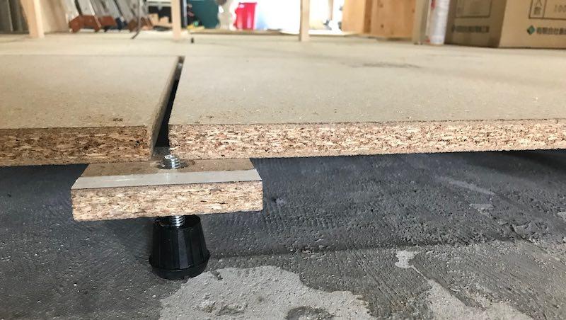 防音のために床を少し持ち上げる