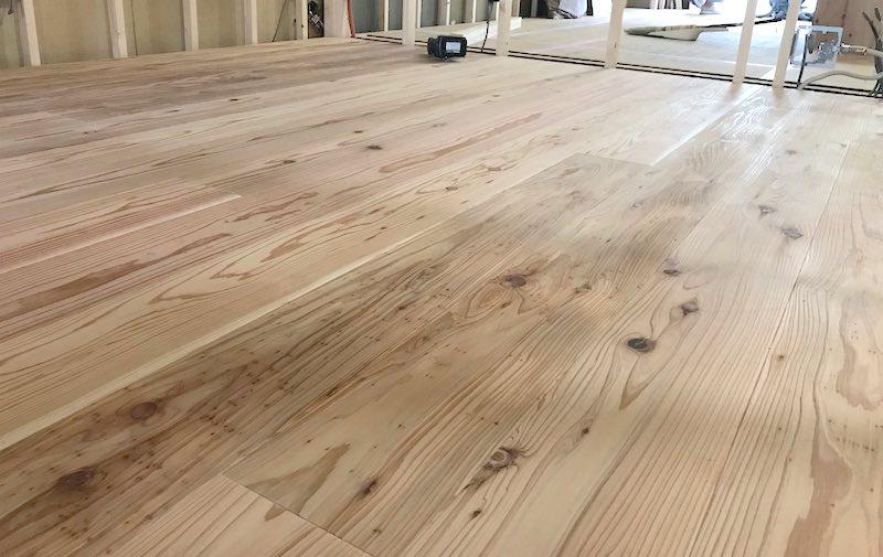 音響熟成®︎木材を床に敷いている様子(京都・マンションリノベーション現場)