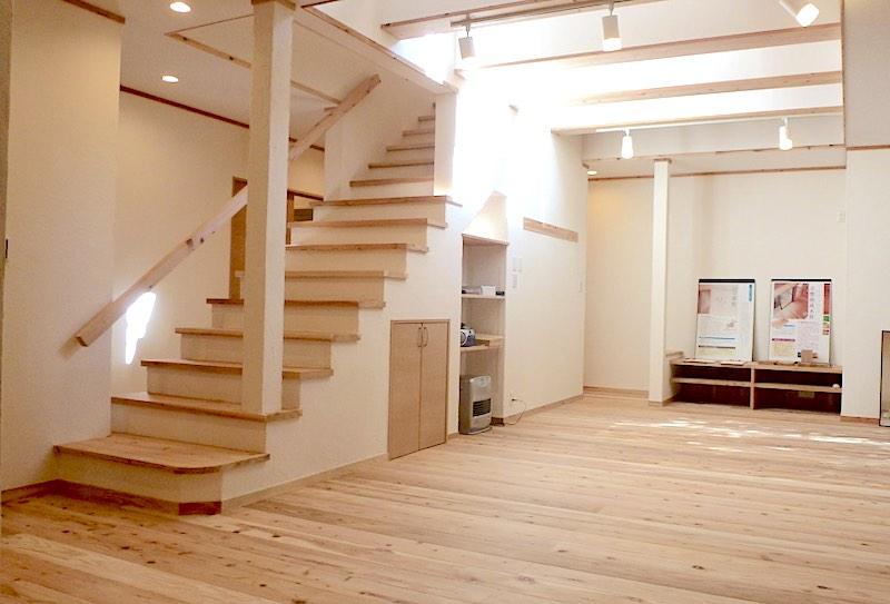 ひな壇式の階段の事例(空気がうまい家®︎仕様にフルリノベーション)
