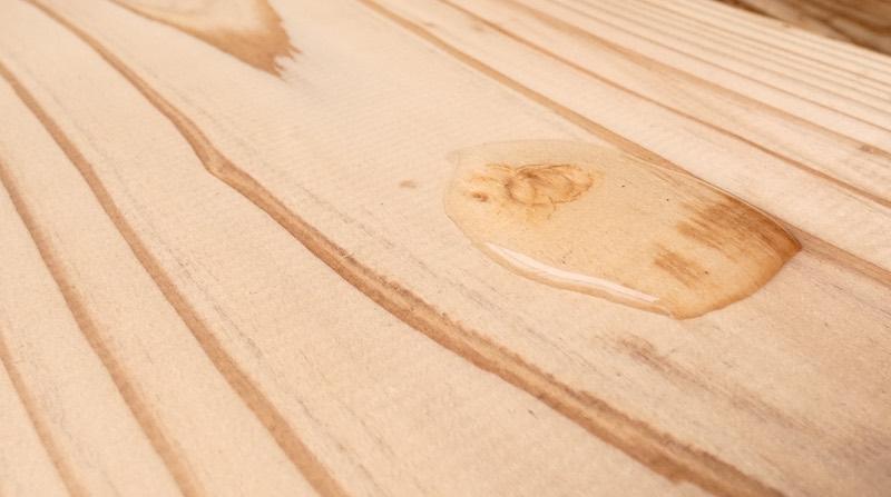 無垢材(音響熟成®︎木材)の凹み傷の部分に水を垂らして一晩放置します