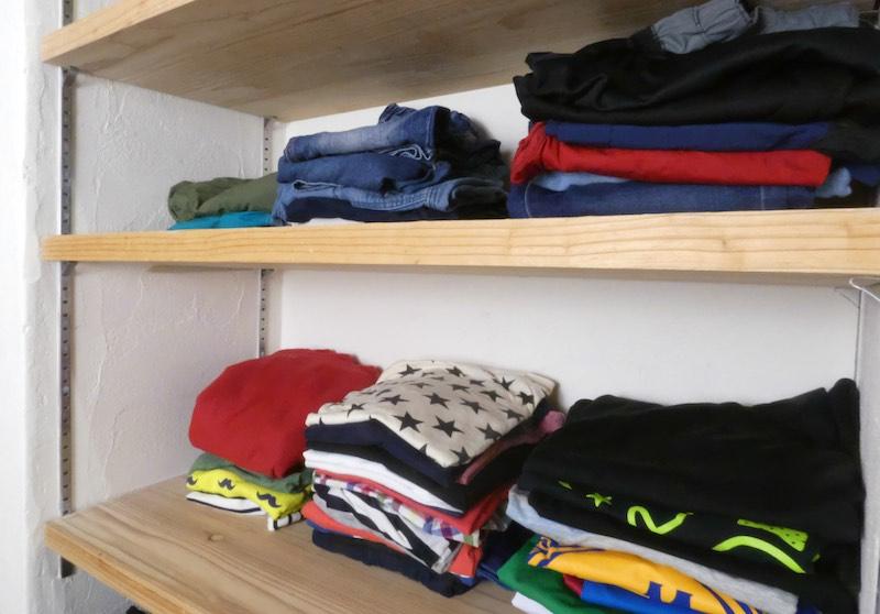 小学生のお子さんが自分で服をたたんで片付けている棚(空気がうまい家®︎京都府宇治市)