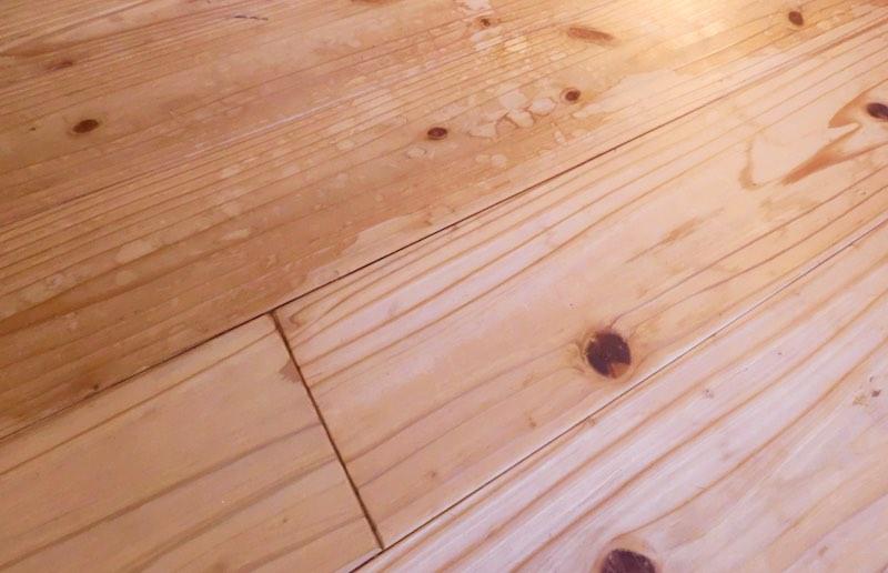 塗装仕上げなどをする必要がなく、簡単に雨のシミも綺麗になる(音響熟成®︎木材)