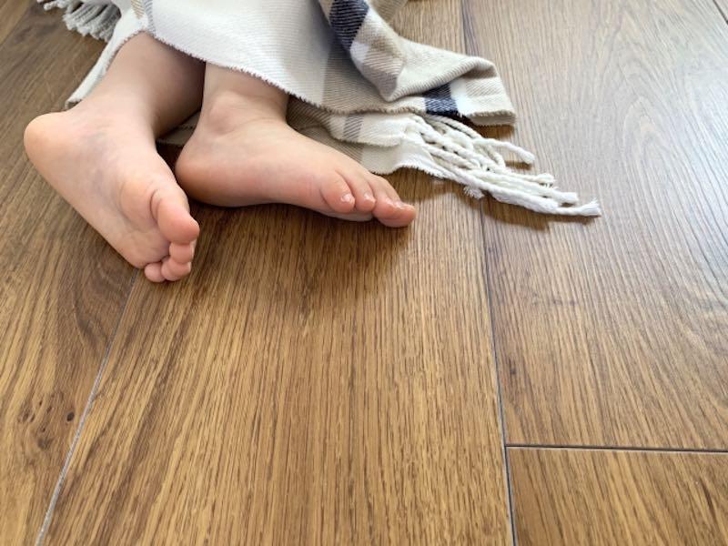 ツルッとした床の場合、濡れた足・汗をかいた足だと吸い付かれる様な感覚になる